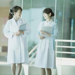 談笑をする女医と看護師