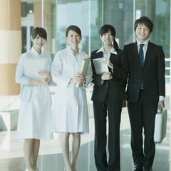 病院のロビーで微笑む女医と看護師とMR