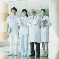 病院のロビーで微笑む医者と看護師