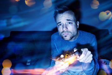 Mann beim Videospielen in der Nacht