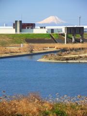 排水機場のある冬の江戸川風景