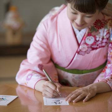 年賀状を書く女性