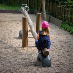 einsames Kind auf einem Spielplatz