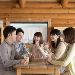 カフェで談笑をする大学生
