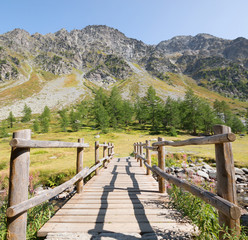 Widok górski z drewnianym mostem w natura krajobrazu tle