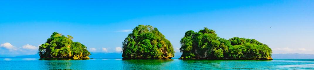 Tuinposter Eiland green island in the ocean