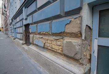 starke Schäden am Bauwerk aufgrund von Feuchtigkeit und fehlender Instandsetzung