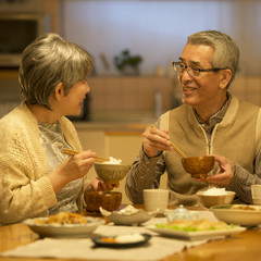 夕食を食べるシニア夫婦