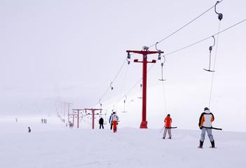 Kayak yapmak için teleski, telesiyej ile çıkış yapan insanlar. Kayseri Erciyes.