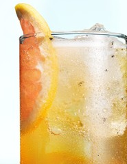 Cold drink glass with grapefruit slice