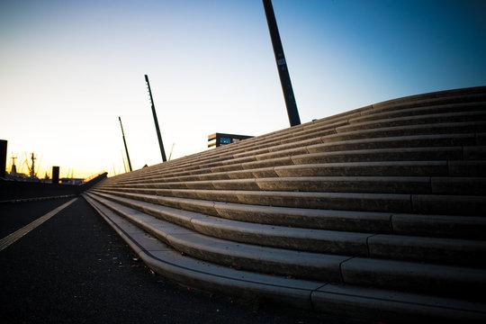 Treppenstufen im Sonnenuntergang am Hafen in Hamburg