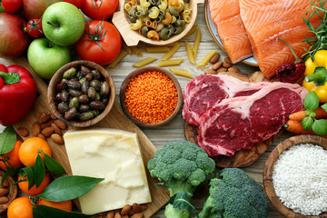 Photo sur Aluminium Assortiment sfondo cibo, tavolo con prodotti alimentari ,per alimentazione e dieta completa