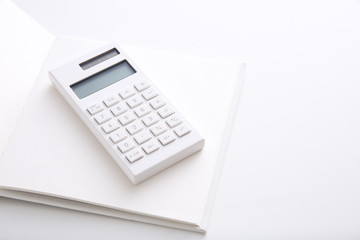 白いノートと白い電卓