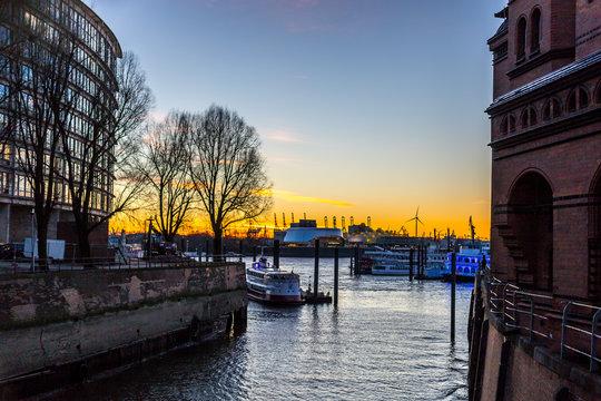 Sonnenuntergang am Hafen in Hamburg
