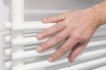 Mano sul radiatore