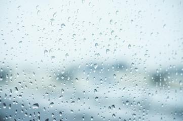 détail gouttes de pluie sur une vitre