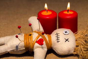 bei einer Voodoo Zeremonie wird einer Puppe eine Nadel in das Herz gestochen