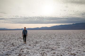 mannequin marchand dans le désert
