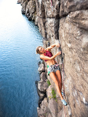 girl climbs the rock