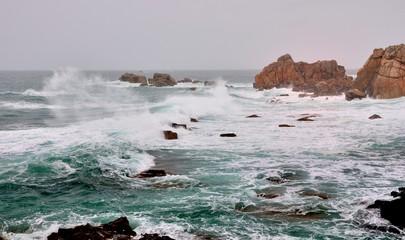 Paysage de mer dans la tempête en Bretagne à Plougrescant