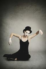 jeune fille en mime vintage et chapeau haut-de-forme