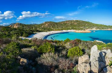 Panoramica sul bellissimo mare turchese e cristallino della spiaggia del Principe sulla Costa di Smeralda, Costa nord est della Sardegna, Italia