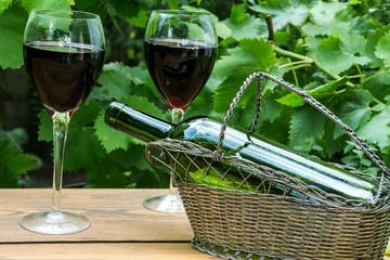 Fototapete - Rotweingläser mit Weinlaub im Garten