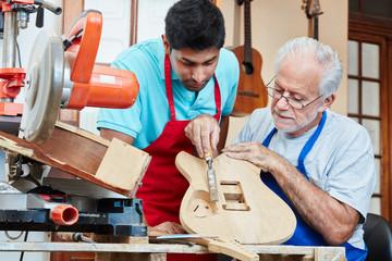 Gitarrenbauer Lehrling und alter Schreiner