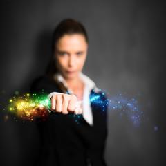 Geschäftsfrau in ergreift Energie