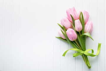 Fototapeta Fresh red tulip flowers bouquet on shelf in front of wooden wall. obraz