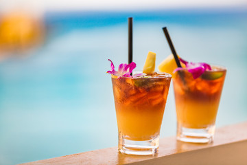 Foto op Aluminium Cocktail Hawaii mai tai drinks on waikiki beach swimming pool bar travel vacation in Honolulu, Hawaii. Alcohol cocktails with ocean view, luau party nightlife at club.