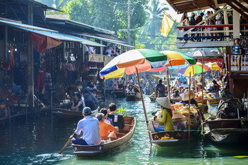 Photo sur Plexiglas Bangkok Damnoen Saduak Floating Market, tourists visiting by boat, located in Bangkok, Thailand.