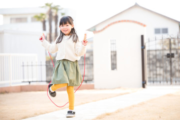 縄跳びをする小学生の女の子
