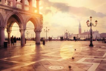 Wschód słońca przy San Marco kwadratem w bokeh światłach