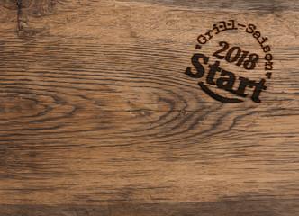 Grill-Saison Start 2018, Brandstempel auf rustikalem Holz