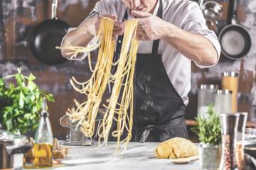 Chefkoch in der Küche ( Spagetti Zubereitung)