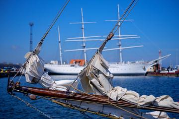 Im Hafen angelegtes Segelboot