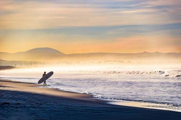 Obraz Entering the Surf on a Foggy Morning - fototapety do salonu