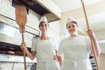 Team von Bäcker Frauen stehen stolz in Bäckerei