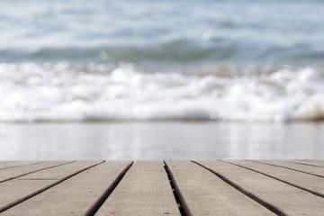 Holzboden leer mit Wellen am Strand