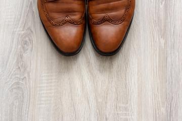Braune Lederschuhe mit Budapester Muster