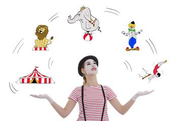 jeune fille mime masque blanc jonglant avec numéros de cirque