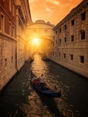 Zachód słońca w Wenecji, most westchnień. Gondolierzy chodzą turyści w swoich gondolach