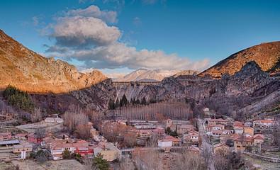 Vista de la localidad de Los Barrios de Luna y la presa del embalse, León.