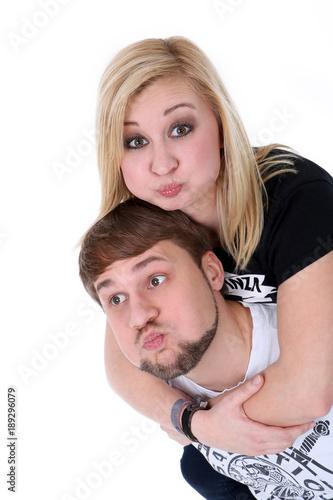 Mann Trägt Frau Huckepack Und Machen Witzige Gesichter Stockfotos