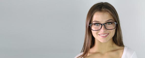 bannière représentant une belle jeune femme portant des lunettes de vue