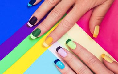 In de dag Manicure Multi-colored pastel manicure combined tone on tone with a striped background.Nail art.