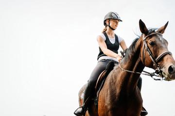 Obrazek jedzie jej konia młoda dziewczyna