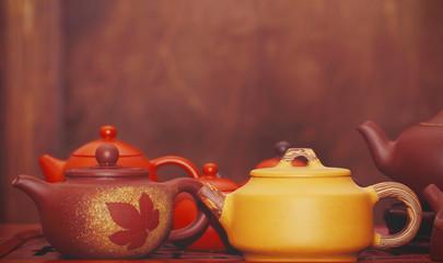 посуда и фигурки для чайной китайской церемонии стоят на столе