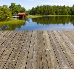 Holzterrasse mit rotem Schwedenhaus